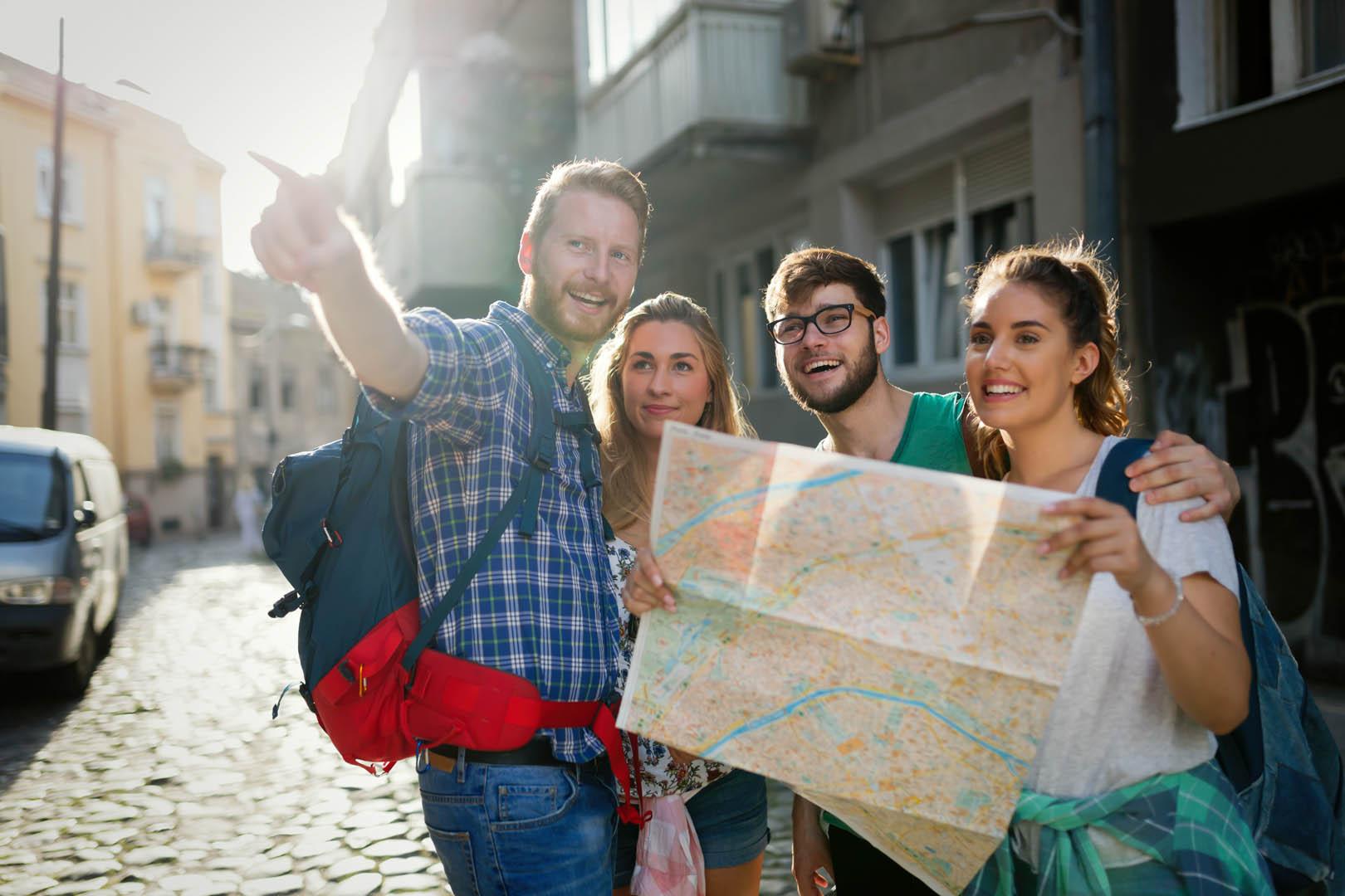 Vier junge Leute bei einer Stadtführung
